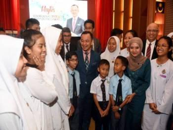 Dr Maszlee (tengah) beramah mesra dengan para pelajar selepas Majlis Himpunan Keluarga Besar Kementerian Pendidikan hari ini. -Foto Bernama
