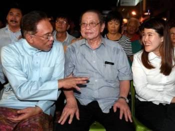 Anwar (kiri) berkata sesuatu kepada calon DAP Vivian Wong Shir Yee (kanan) sewaktu menghadiri Majlis Ceramah Umum Kempen Pilihan Raya Kecil Parlimen P186 Sandakan di Bandar Prima malam ini. -Foto Bernama