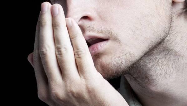 Bau mulut disebabkan oleh makanan tidak dibersihkan di antara celah gigi