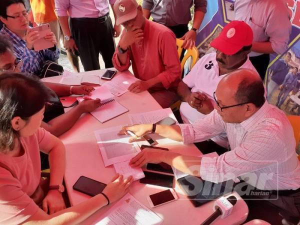 Izham ketika sidang media di Pusat Khidmat Setempat (PKS), Tapak Parkir, Taman Rakyat, Jalan Tun Dr Ismail, Taman Sri Andalas, Klang di sini.