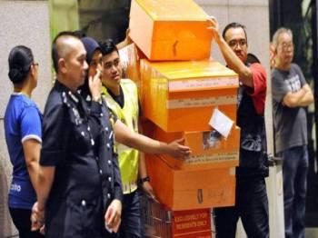 Beg berjenama yang dirampas di kediaman bekas Perdana Menteri baru-baru ini. - Gambar hiasan