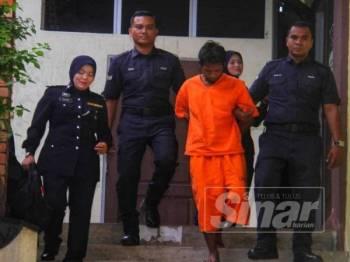 Suspek dibawa keluar dari Mahkamah Temerloh hari ini selepas dikenakan reman lima hari bermula hari ini.