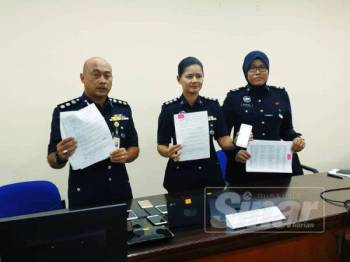 Ketua Jabatan Siasatan Jenayah Komersil (JSJK) Selangor, Asisten Komisioner Fazlisyam Abdul Majid (kiri) ketika sidang media mengenai kejayaan pasukannya menumpaskan satu sindiket Macau Scam di IPK Selangor hari ini