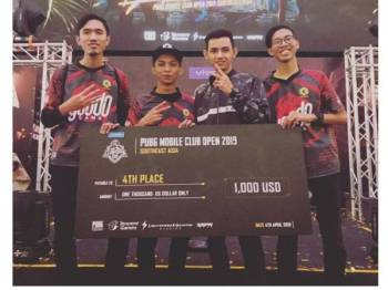 Abdul Azim Ikromi (kanan) bersama ahli kumpulannya memenangi PUBG Mobile Club Open 2019 (Southest Asia) pada Mac lalu sekaligus melayakkan mereka mewakili negara di Shanghai.