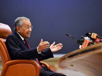 Perdana Menteri Tun Dr Mahathir Mohamad semasa sidang media khas sempena setahun pemerintahan kerajaan Pakatan Harapan di Bangunan Perdana Putra baru-baru ini. - Foto Bernama