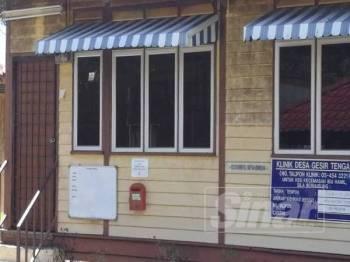 Pintu utama bangunan klinik ditinggalkan berkunci.