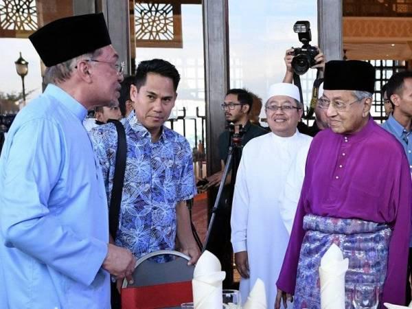 Perdana Menteri Tun Dr Mahathir Mohamad beramah mesra bersama Presiden Parti Keadilan Rakyat (PKR) Datuk Seri Anwar Ibrahim (kiri) pada Majlis Berbuka Puasa Dan Kesyukuran Sambutan Ulang Tahun Pertama Kemenangan Rakyat di Masjid Putra hari ini. Foto: Bernama
