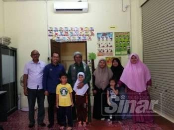 Abdul Yunus (dua dari kiri) bersama Fakhrurrazi (tiga dari kiri) dan wakil pengajar dan pelajar Pasti Pra Tahfiz Al Mujahideen, Parit Buntar meninjau keadaan enam unit pendingin hawa yang baru disumbang Exco Kerajaan Negeri Perak itu hari ini.