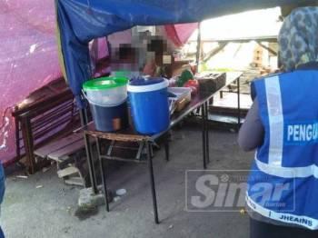 Dua lelaki ditahan di sebuah gerai di Senawang kerana tidak puasa.