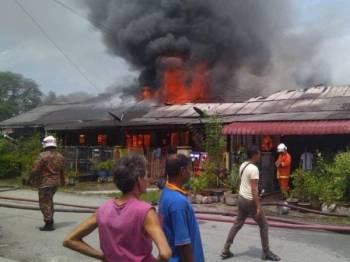 Suasana ketika api sedang marak membakar deretan rumah di Kampung Sungai Pak Kalong. FOTO - PEMBACA SINAR HARIAN