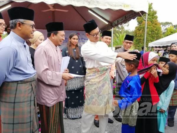 Ahmad Faizal sempat bergurau membetulkan songkok seorang kanak-kanak yang menerima bantuan sempena majlis Ihya Ramadan 2019 anjuran TNB Perak di Masjid Al Mukmin Kampung Batu 3, Jalan Pahang hari ini.