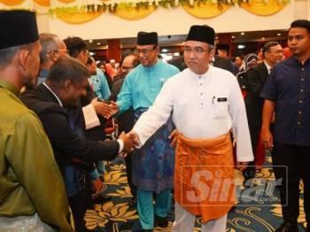 Adly bersalaman dengan penjawat awam selepas perhimpunan bulanan kerajaan negeri dan pembentangan pencapaian setahun pentadbiran PH di Dewan Seri Negeri, di Ayer Keroh, di sini hari ini.