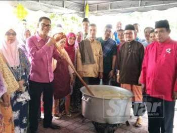 Ahmad Faizal mengacau bubur lambuk sempena program Penyediaan Bubur Lambuk Peringkat Majlis Bandaraya Ipoh (MBI) di Dataran MBI, hari ini.