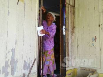 Limah yang tinggal bersendirian memegang pintu rumahnya yang rosak dan hanya berdoa serta tawakal kepada ALLAH supaya dilindungi daripada sebarang gangguan manusia, jin dan syaitan.