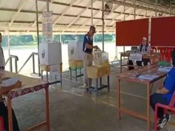 Pengundian bagi PRK Parlimen Sandakan bermula sebaik sahaja 19 pusat mengundi membabitkan 90 saluran dibuka pada 7.30 pagi. - Foto Bernama