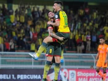 Bauman (kanan) diraikan oleh Fernando selepas menjaringkan gol tunggal untuk Kedah sebelum diikat PKNS FC untuk keputusan penuh 1-1. - Foto MOHD ASHYRAF