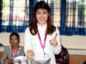 Calon DAP Vivian Wong Shir Yee memasukkan kertas undinya ke dalam peti undi ketika mengundi pada Pilihan Raya Kecil (PRK) Parlimen Sandakan di Pusat Pengundian Sekolah Kebangsaan (SK) Muhibbah hari ini. - Foto Bernama