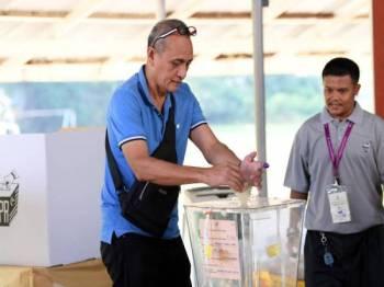 Pengundi pertama, Ahmad Kulambong, 60, memasukkan kertas undinya ke dalam peti undi sewaktu mengundi pada Pilihan Raya Kecil Parlimen Sandakan di Pusat Pengundian Sekolah Kebangsaan (SK) Muhibbah hari ini. - Bernama