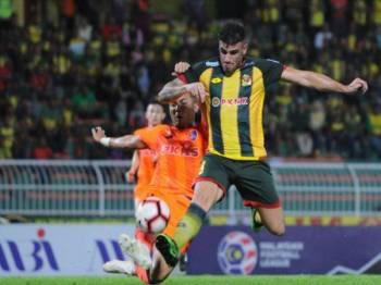 Fernando (kanan) melorongkan bola ke arah Bauman sebelum disudahkan dengan baik oleh penyerang itu untuk meletakkan Kedah terlebih dahulu di hadapan pada minit ke-16.- Foto MOHD ASYRAF