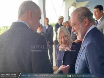 Sultan Ibrahim (kanan) beramah mesra bersama Ratu Elizabeth II (dua dari kiri) dan Putera Andrew (kiri) pada majlis itu. - Foto Royal Press Office