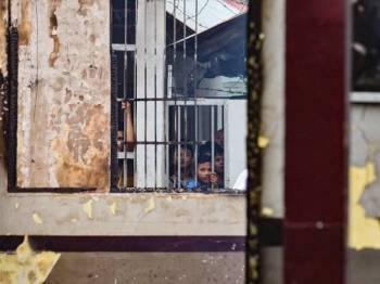 Beberapa penghuni penjara Siak dilihat masih berada di pusat tahanan itu selepas insiden rusuhan dan kebakaran awal pagi tadi.