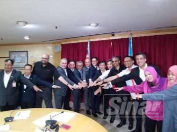 Kon Yeow (tengah) bergambar bersama CEO tujuh syarikat telekomunikasi dan Al Ishsal selepas sidang media di Komtar tadi.