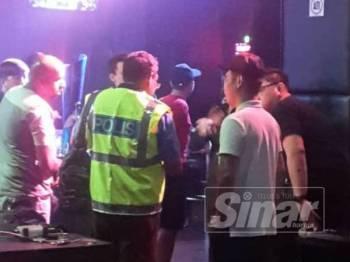 Sebuah pusat hiburan di Jalan Klang Lama, Kuala Lumpur, diserbu polis menerusi Ops Noda, awal pagi semalam.