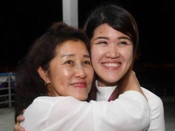 Calon DAP Vivian Wong Shir Yee (kanan) berpelukan dengan ibunya selepas Suruhanjaya Pilihan Raya mengumumkan kemenangan beliau dengan undi 16,012 dan majoriti 11, 521 di Pusat Penjumlahan Undi di Dewan Aktiviti Sekolah Menengah Jenis Kebangsaan Tiong Hua malam ini. - Foto Bernama