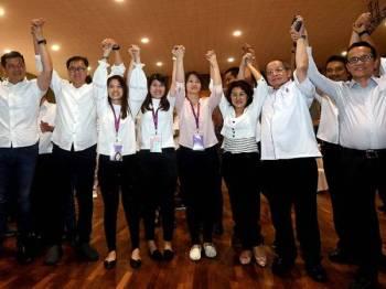 Calon DAP, Vivian Wong Shir Yee (empat, kiri) mengangkat tangan tanda gembira selepas Suruhanjaya Pilihan Raya mengumumkan kemenangan beliau dengan undi 16,012 dan majoriti 11, 521 di Pusat Penjumlahan Undi di Dewan Aktiviti Sekolah Menengah Jenis Kebangsaan Tiong Hua malam ini. Turut sama Penasihat DAP Lim Kit Siang (dua dari kanan). - Foto Bernama