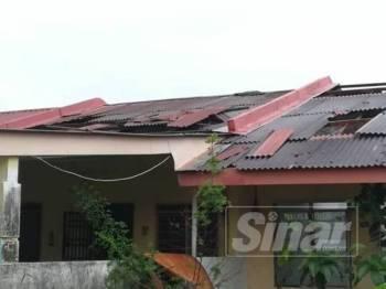Sebanyak 10 rumah terjejas di bahagian bumbung selepas atap diterbangkan angin kencang, petang tadi.