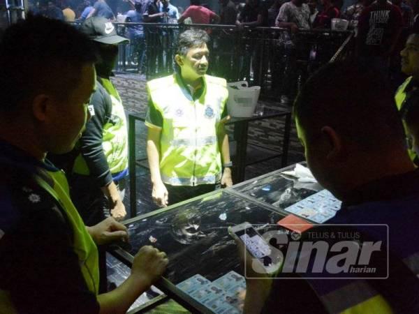 Pegawai Turus D7 IPK Pulau Pinang, Deputi Superintendan Akmal (tengah) mengetuai serbuan yang dilakukan di pusat hiburan yang betoperasi tanpa lesen sah.