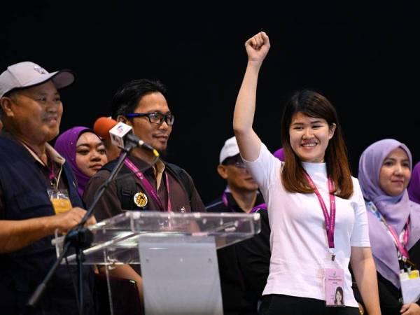 Suruhanjaya Pilihan Raya mengumumkan kemenangan Calon DAP Vivian Wong ShIr Yee dengan undi 16,012 dan majoriti 11, 521 di Pusat Penjumlahan Undi di Dewan Aktiviti Sekolah Menengah Jenis Kebangsaan Tiong Hua semalam. - Foto Bernama