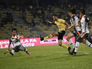Pemain Perak Raianderson Da Costa (tengah) melepaskan rembatan ke gawang gol pasukan PKNP pada saingan Piala FA Malaysia di Stadium Perak malam ini. - Foto Bernama