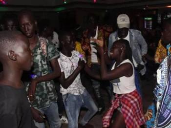 Aksi golongan belia berhibur di sebuah kelab malam di bandar Juba, Sudan Selatan.