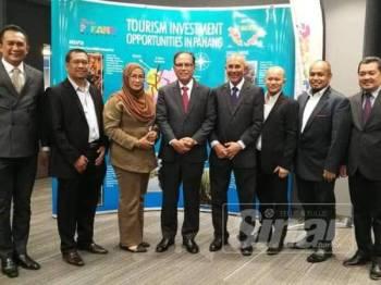 Wan Alhamdulillah (dua dari kiri) dan Wan Rusdy (tengah) ketika berkunjung ke Singapura baru-baru ini.