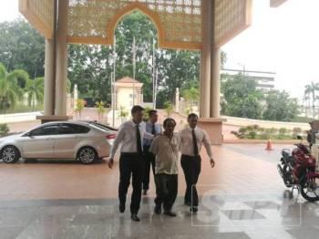 Abu Bakar (tengah) dibawa ke kompleks Mahkamah Kuantan pagi tadi.