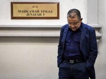 Bekas Pengerusi Felda Tan Sri Mohd Isa Abdul Samad hadir di Mahkamah Tinggi Kuala Lumpur hari ini, berhubung satu pertuduhan pecah amanah dan sembilan pertuduhan rasuah lebih RM3 juta. - FOTO BERNAMA