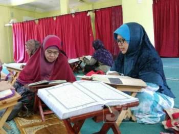 Membaca dan memahami al-Quran perlu dijadikan amalan umat Islam termasuk kaum wanita.