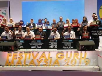 Amin (tengah) bergambar bersama sebahagian dengan guru-guru yang menerima anugerah dalam bidang masing-masing di Majlis Pelancaran Festival Guru Malaysia tadi.