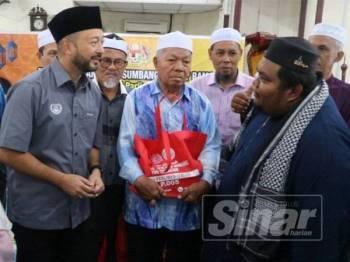 Mukhriz beramah mesra bersama wakil masjid yang hadir pada majlis sumbangan moreh kepada wakil masjid di Masjid Kampung Kandis di sini semalam.