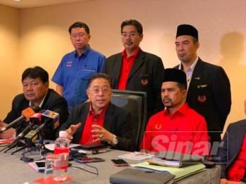 Azih (duduk tengah) pada sidang media semalam.