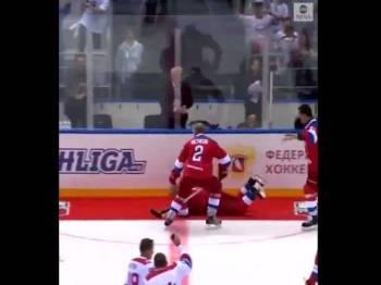 Putin jatuh tersungkur ketika melalui karpet merah yang berada di tepi gelanggang hoki ais.