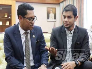 Hasnul Zulkarnain (kanan) ketika sidang media bersama Ahmad Faizal meminta mana-mana NGO supaya mendapat penjelasan sebenar berkaitan sesuatu isu di negeri ini.
