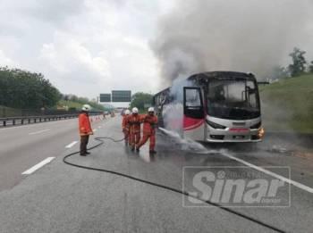 Keadaan bas ekspres yang terbakar.