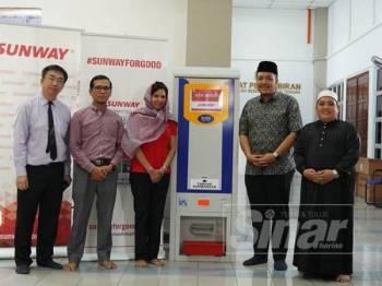 Ahila (tiga dari kiri) dan Dr Afif (dua dari kanan) bergambar bersama selepas majlis penyerahan mesin ATM beras yang diadakan petang semalam.