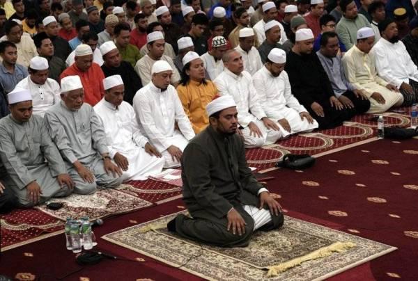 Jangan lepaskan peluang bertarawih sepanjang bulan Ramadan kerana begitu besar ganjarannya. -FOTO: BERNAMA