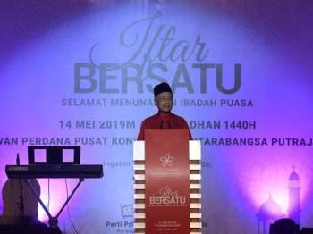 Perdana Menteri yang juga Pengerusi Parti Pribumi Bersatu Malaysia Tun Dr Mahathir Mohamad berucap pada Majlis Iftar Bersatu di Pusat Konvensyen Antarabangsa Putrajaya (PICC) semalam. - Foto Bernama