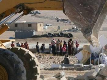 Jentolak Israel memusnahkan pondok kecil milik penduduk kampung Al-Araqib.