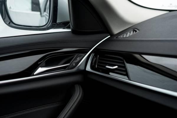Kemasan ambang pintu aluminium beriluminasi BMW 520i Luxury.