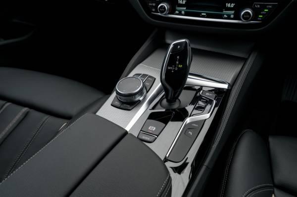 Gear konsol BMW 530e M Sport.